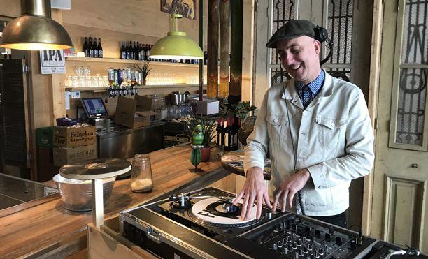 DJ Guzz bij Strandpaviljoen San Blas
